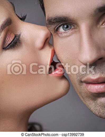 Un tipo feliz y guapo con su novia sensual - csp13992739