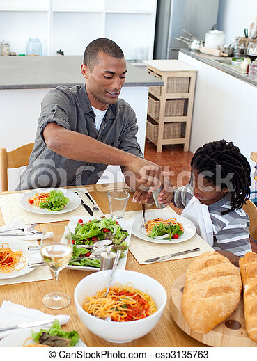 Padre pensativo cenando con su hijo - csp3135763