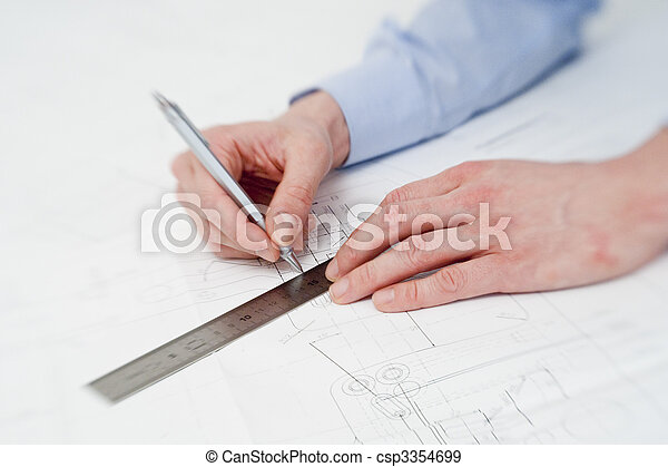 Ingeniero haciendo ajustes en un dibujo - csp3354699