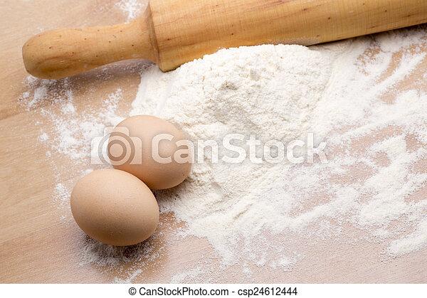 Haciendo pasta casera - csp24612444