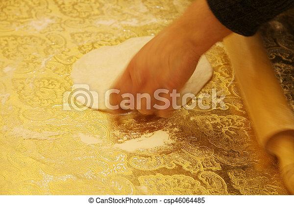 Hacer pasta casera - csp46064485