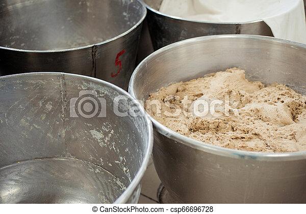 Hacer dinero para pan en una panadería - csp66696728