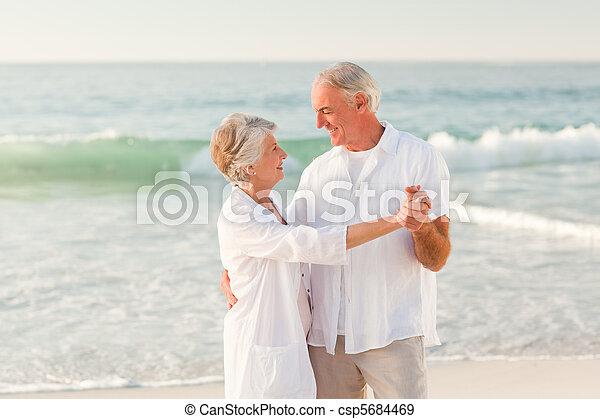 elderly kopplar ihop, dansande, strand - csp5684469