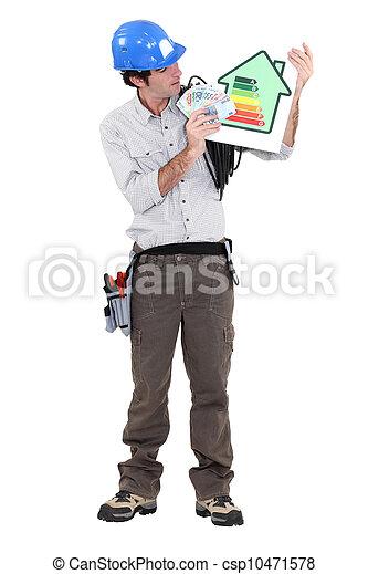 Electricista promocionando ahorros de energía. - csp10471578