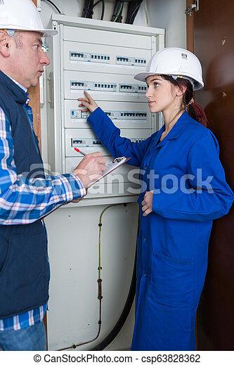El joven electricista - csp63828362
