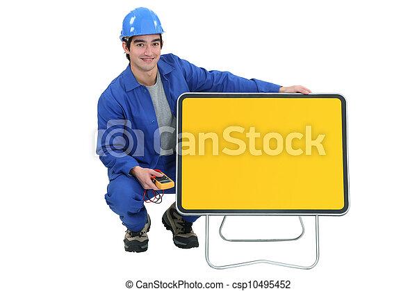 Joven electricista posando - csp10495452