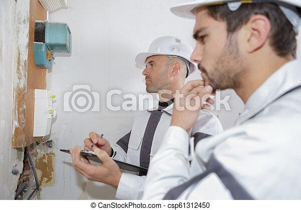 electricista, verificar, trabajadores, fusible, voltaje, tabla - csp61312450