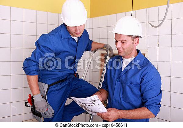 electricistas, trabajo junto - csp10458611