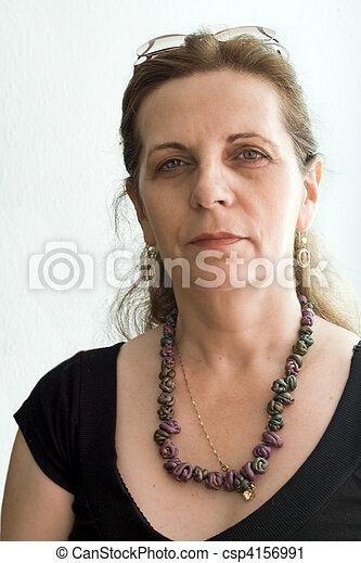 Elegante Frau mittleren Alters - csp4156991