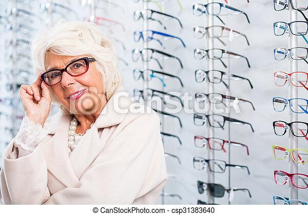 Una anciana con gafas elegantes - csp31383640