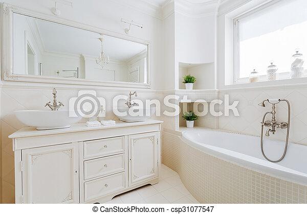 Baño elegante con ropa blanca. Imágenes de nuevo baño ...