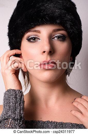 Mujer elegante sofisticada de moda invernal - csp24311977