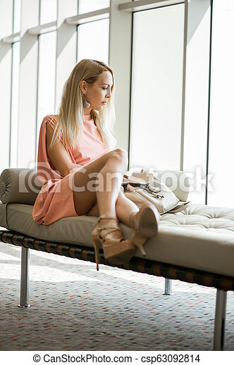 elegante, sofá, janela, assento mulher - csp63092814