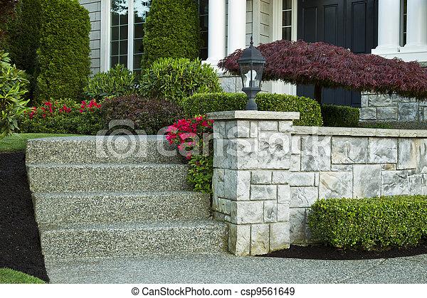 eleje udvar, lépések, otthon - csp9561649