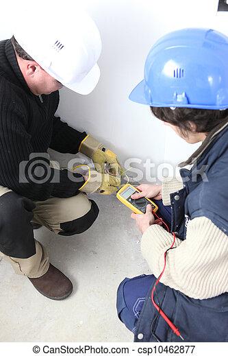 Elektriker mit einem Voltmeter - csp10462877