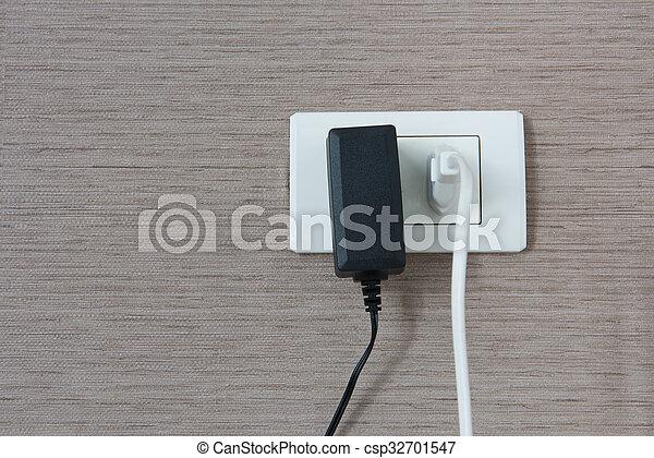 Elektrisch, kabel, wand, verstopft, schwarz, outlet, weißes ...