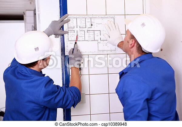 eletricistas, elétrico, dois, inspeccionando, plano - csp10389948