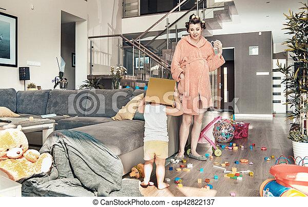 ella, mamá, el jugar del niño, sorprendido, mirar fijamente - csp42822137