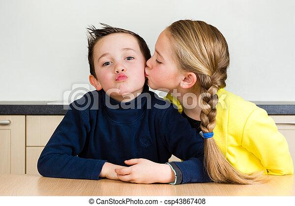 elle, frère, jeune, baiser, girl, donne - csp43867408