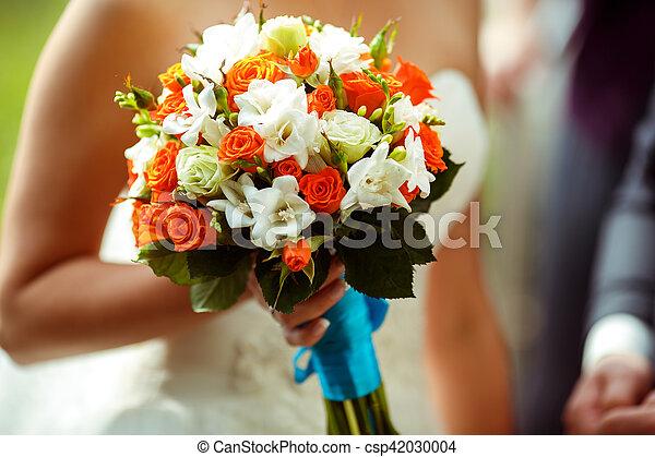 elle, mariée, bouquet, tient, main, roses, mariage, orange, blanc