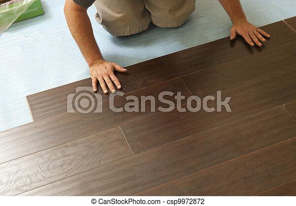 El hombre instalando nuevas plantas de madera - csp9972872