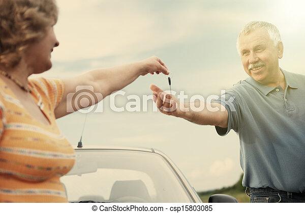 emberek, kulcsok, autó, nesr, két, öregedő - csp15803085