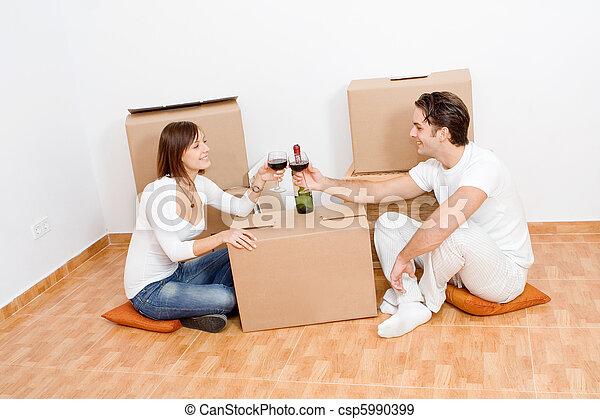 Una pareja feliz celebrando la nueva casa - csp5990399