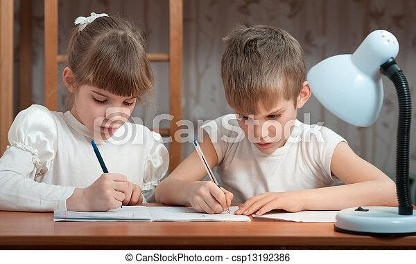 Los niños dibujan en un cuaderno - csp13192386