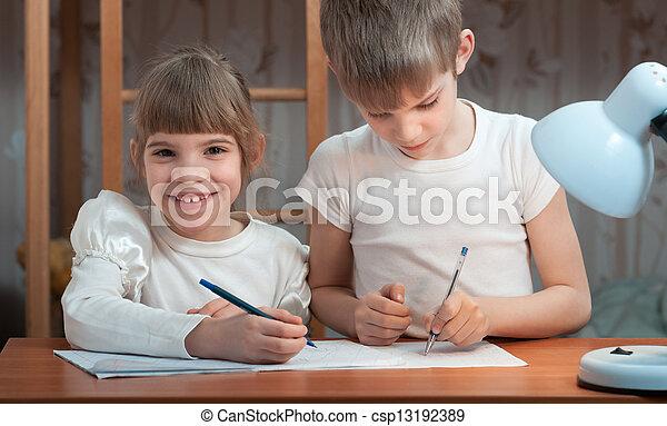 Los niños dibujan en un cuaderno - csp13192389