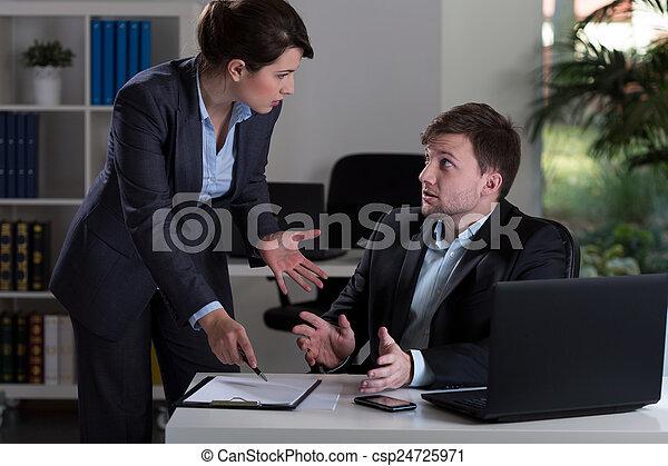 El jefe gritándole al empleado - csp24725971