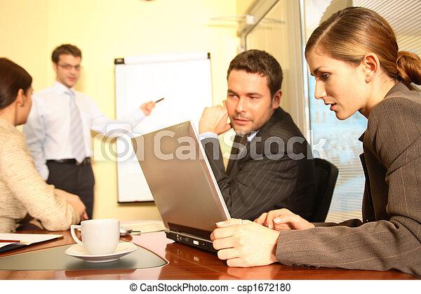 Visión de negocios: equipo preparando una propuesta 1 - csp1672180