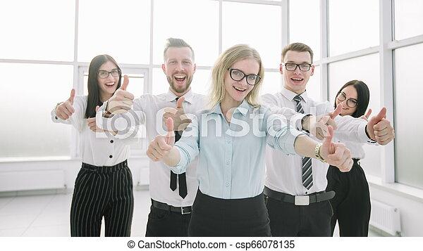Feliz equipo de negocios mostrando sus pulgares hacia arriba - csp66078135