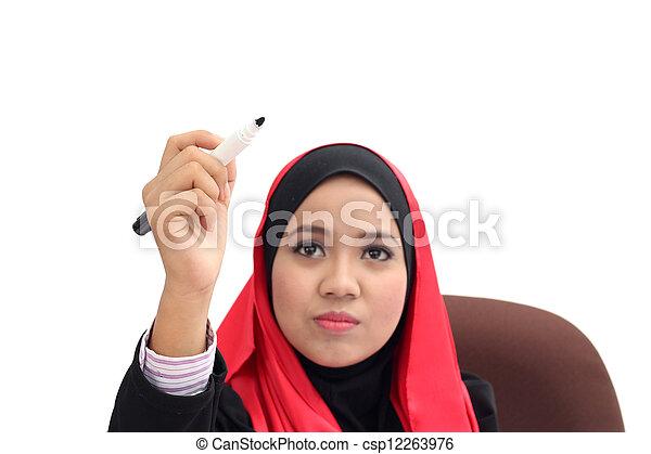 Ejecutivo islámico con el hijab en una escena de presentación de negocios - csp12263976
