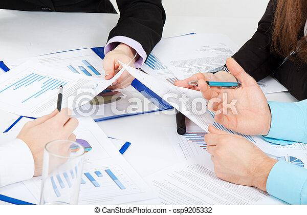 Los jóvenes de negocios en el cargo - csp9205332
