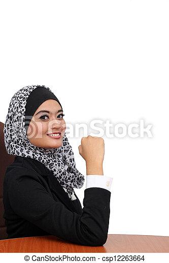 Retrato de una joven atractiva mujer de negocios musulmán. - csp12263664