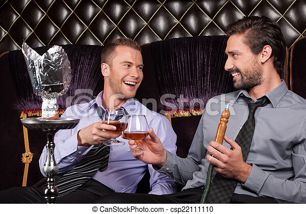 empresa / negocio, restaurante, hombres, joven, dos, bebida, humo, pipe., sonriente, amigos, shisha - csp22111110