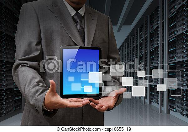 Hombre de negocios y computadora de tablas en la sala de servidores - csp10655119