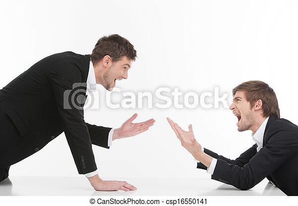 Hombres confrontados. Dos jóvenes empresarios enojados gritando y gestando mientras están aislados en blanco - csp16550141