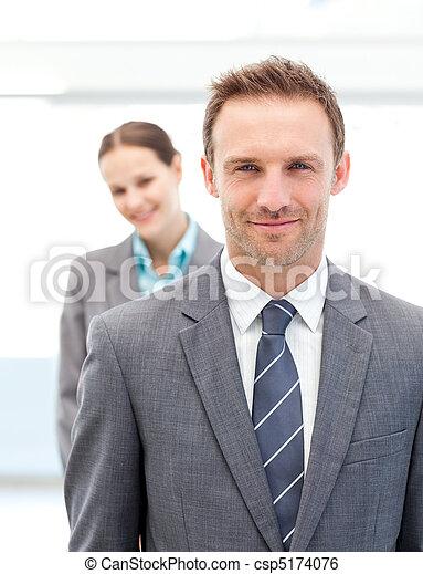 empresarios, dos, posar, sonriente, fila - csp5174076
