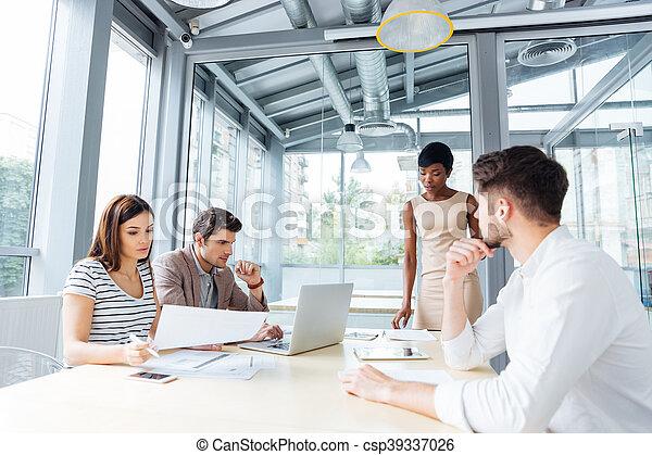 Gente joven de negocios reuniéndose con el líder del equipo - csp39337026