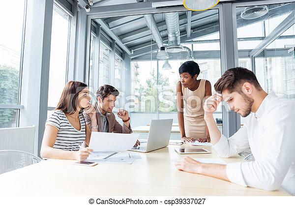 Gente joven de negocios reuniéndose con el líder del equipo - csp39337027
