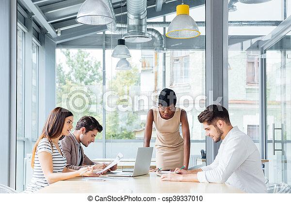 Gente joven de negocios reuniéndose con el líder del equipo - csp39337010