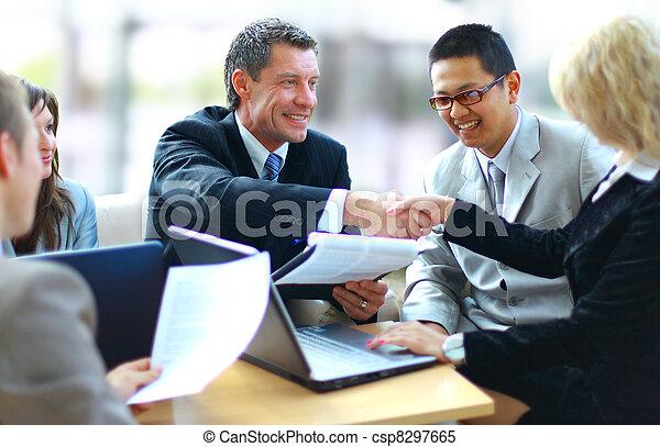 empresarios, manos, sacudida, arriba, acabado, reunión - csp8297665
