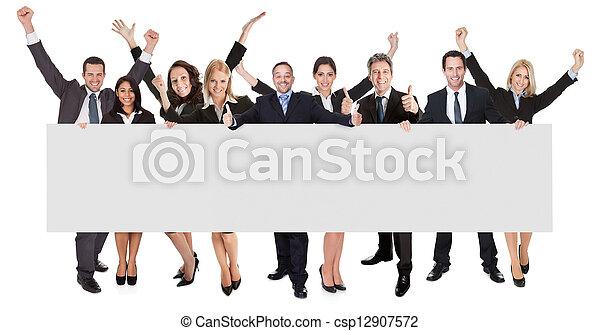 Gente de negocios emocionada presentando estandarte vacío - csp12907572