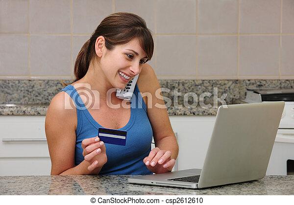 Mujeres comprando en línea, hablando por teléfono - csp2612610