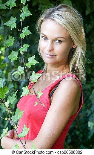 Una joven encantadora en el jardín - csp26508302
