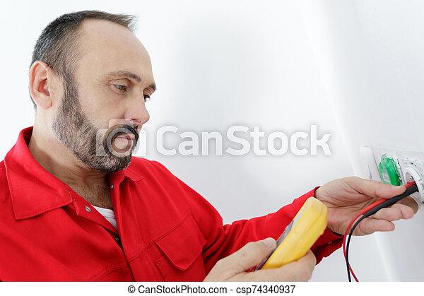 enchufe, hombre, reparación, electricidad, manos, descubierto - csp74340937