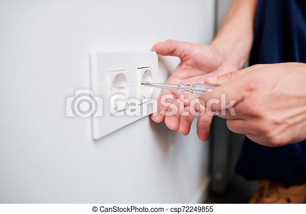 enchufe, profesional, voltaje, electricista, o, joven, verificar, manos, reparación - csp72249855