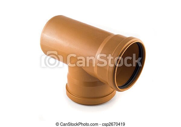 Tubo de alcantarilla de plástico en forma de T aislado sobre blanco - csp2670419