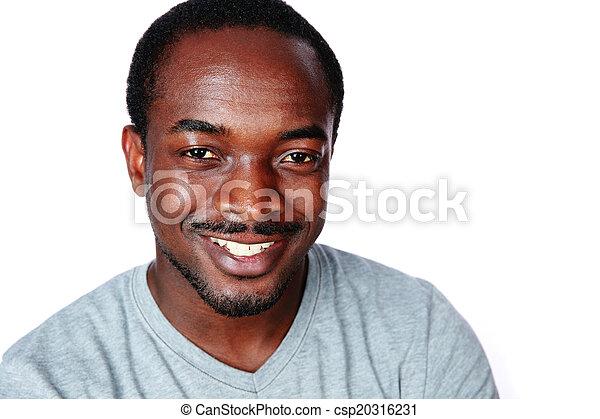 Retrato de un alegre hombre africano sobre fondo blanco - csp20316231